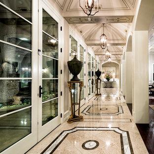 Imagen de recibidores y pasillos mediterráneos, grandes, con paredes beige y suelo multicolor