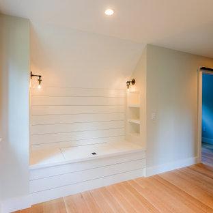 バーリントンのおしゃれな廊下 (白い壁、淡色無垢フローリング、ベージュの床、塗装板張りの壁) の写真