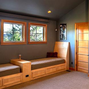 Стильный дизайн: маленький коридор в стиле фьюжн с серыми стенами, ковровым покрытием и фиолетовым полом - последний тренд