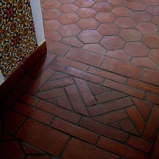 Свежая идея для дизайна: коридор среднего размера в средиземноморском стиле с белыми стенами, полом из терракотовой плитки и красным полом - отличное фото интерьера