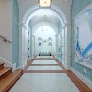 Klassisk inredning av en mycket stor hall, med blå väggar och marmorgolv