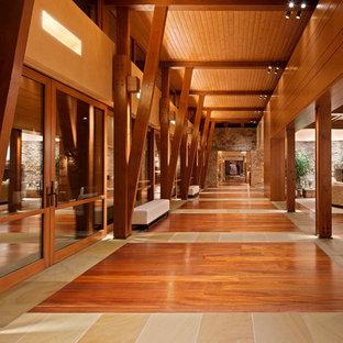 Стильный дизайн: огромный коридор с бежевыми стенами и разноцветным полом - последний тренд