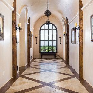 サンタバーバラの巨大なサンタフェスタイルのおしゃれな廊下 (ベージュの壁、セラミックタイルの床、マルチカラーの床) の写真