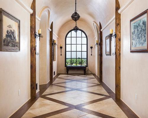 Couloir avec un sol en carrelage de c ramique et un mur for Carrelage grand sud