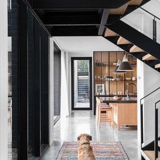 На фото: коридор в стиле модернизм с белыми стенами с