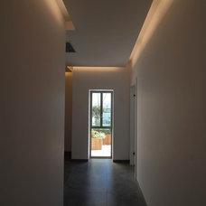 Contemporary Hall by NURIT GEFFEN-BATIM STUDIO