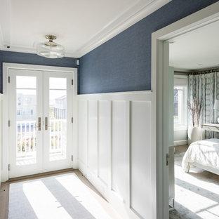 Пример оригинального дизайна: коридор среднего размера в морском стиле с синими стенами, паркетным полом среднего тона и коричневым полом