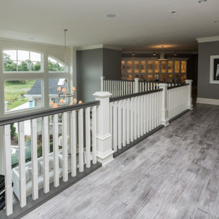他の地域の中くらいのトランジショナルスタイルのおしゃれな廊下 (グレーの壁、塗装フローリング、グレーの床) の写真