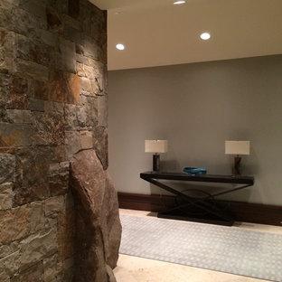 Exempel på en mellanstor modern hall, med beige väggar, kalkstensgolv och beiget golv