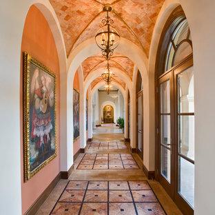オースティンの地中海スタイルのおしゃれな廊下 (オレンジの壁) の写真