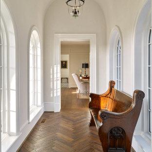 Свежая идея для дизайна: коридор среднего размера в классическом стиле с белыми стенами, паркетным полом среднего тона, коричневым полом и сводчатым потолком - отличное фото интерьера