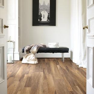 Idéer för mellanstora vintage hallar, med beige väggar, mellanmörkt trägolv och brunt golv