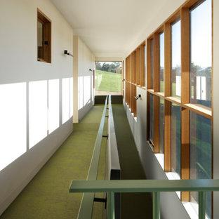 Exempel på en mycket stor modern hall, med beige väggar, vinylgolv och grönt golv