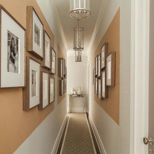 ダラスのトランジショナルスタイルのおしゃれな廊下 (オレンジの壁、カーペット敷き) の写真
