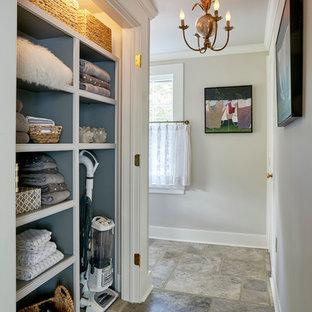 Cette image montre un grand couloir traditionnel avec un mur blanc et un sol en travertin.