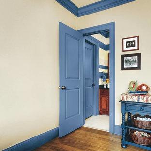 Свежая идея для дизайна: маленький коридор в стиле кантри с бежевыми стенами, паркетным полом среднего тона и коричневым полом - отличное фото интерьера