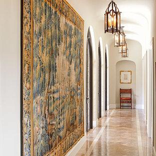 Medelhavsstil inredning av en mellanstor hall, med beige väggar och marmorgolv