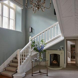 Foto di un grande ingresso o corridoio tradizionale con pareti blu, moquette e pavimento grigio