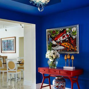 マイアミのトロピカルスタイルのおしゃれな廊下 (青い壁) の写真