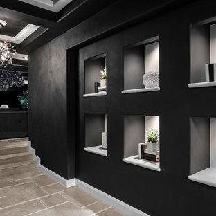 Idées déco pour un couloir contemporain avec un mur noir et un sol gris.