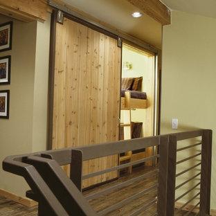 Rustik inredning av en liten hall, med mörkt trägolv och gröna väggar