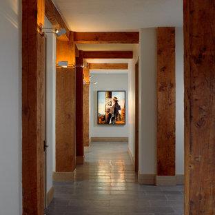 他の地域の中くらいのラスティックスタイルのおしゃれな廊下 (ベージュの壁、セラミックタイルの床、グレーの床) の写真