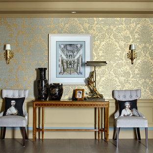 ロンドンのトラディショナルスタイルのおしゃれな廊下 (塗装フローリング、ベージュの壁) の写真
