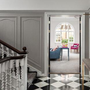 Modern inredning av en stor hall, med grå väggar, marmorgolv och flerfärgat golv