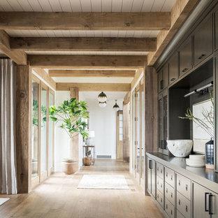 Foto de recibidores y pasillos clásicos renovados, grandes, con paredes multicolor, suelo de madera en tonos medios y suelo marrón