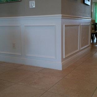 Idéer för mellanstora vintage hallar, med bruna väggar, klinkergolv i keramik och beiget golv