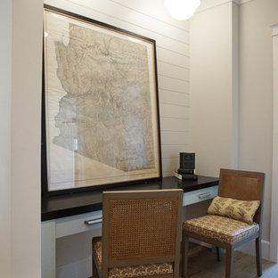 フェニックスの広いトランジショナルスタイルのおしゃれな廊下 (白い壁、無垢フローリング、茶色い床、三角天井、塗装板張りの壁) の写真