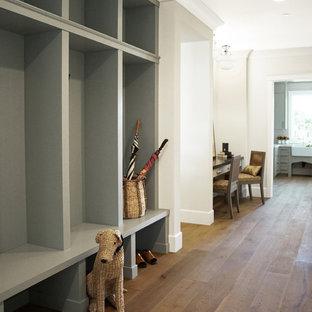 Idéer för vintage hallar, med vita väggar, mellanmörkt trägolv och brunt golv