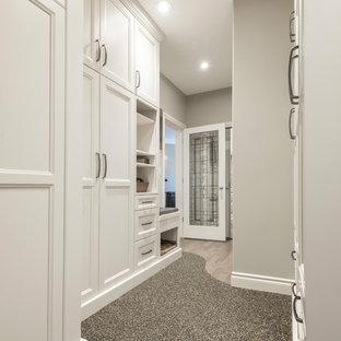 Idée de décoration pour un couloir tradition de taille moyenne avec un mur gris et un sol en liège.