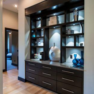 Cette image montre un petit couloir minimaliste avec un mur blanc et un sol en bambou.