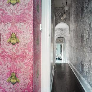 メルボルンの小さいエクレクティックスタイルのおしゃれな廊下 (マルチカラーの壁、無垢フローリング) の写真