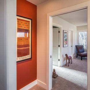 ポートランドの中サイズのトラディショナルスタイルのおしゃれな廊下 (オレンジの壁、カーペット敷き) の写真