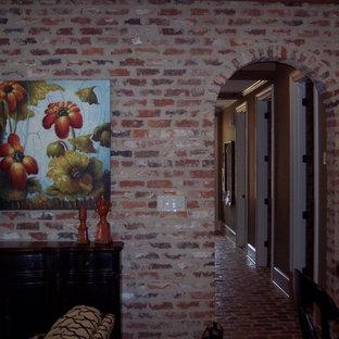 Удачное сочетание для дизайна помещения: коридор среднего размера в классическом стиле с красными стенами и кирпичным полом - самое интересное для вас