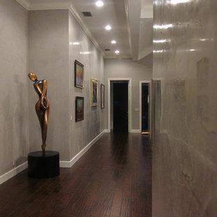 Inspiration för en mycket stor funkis hall, med grå väggar och mörkt trägolv