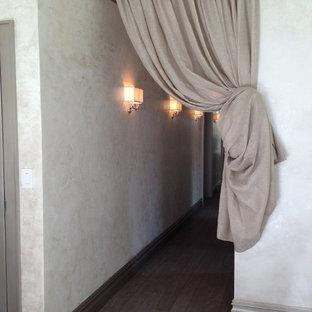 Großer Shabby-Chic-Style Flur mit weißer Wandfarbe und dunklem Holzboden in New York