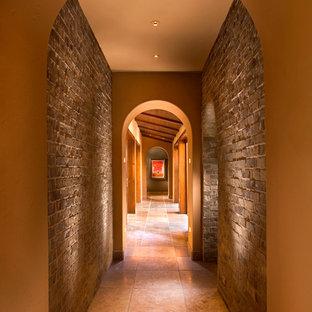 オレンジカウンティの地中海スタイルのおしゃれな廊下 (茶色い壁、茶色い床) の写真