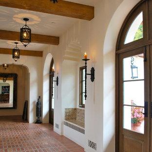サンタバーバラの広い地中海スタイルのおしゃれな廊下 (白い壁、テラコッタタイルの床) の写真
