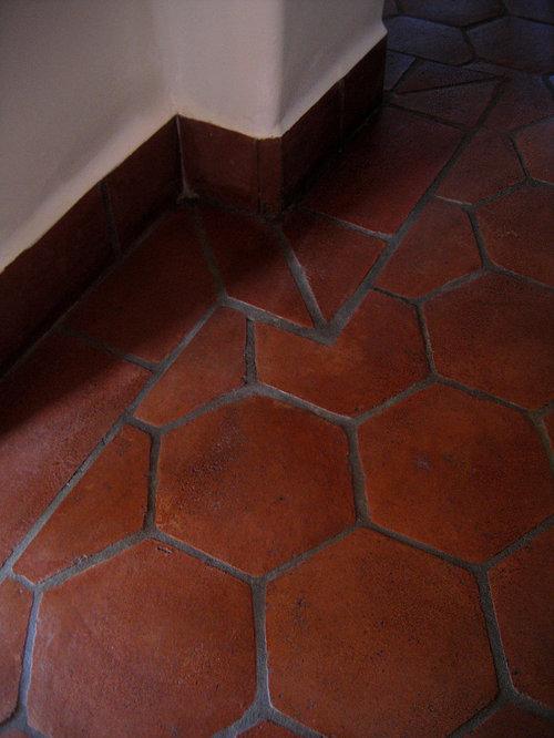 Couloir avec un sol en carreau de terre cuite et un mur for Un carreau de terre