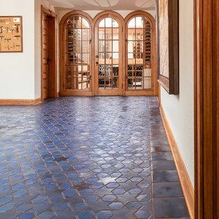 Cette photo montre un très grand couloir méditerranéen avec un mur blanc, un sol en carrelage de céramique et un sol bleu.