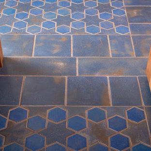 Неиссякаемый источник вдохновения для домашнего уюта: большой коридор в средиземноморском стиле с полом из керамической плитки, синим полом и синими стенами