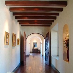 Idéer för en mycket stor rustik hall, med vita väggar och mörkt trägolv