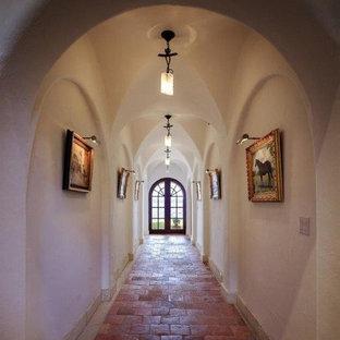 Idéer för mellanstora medelhavsstil hallar, med vita väggar och klinkergolv i terrakotta