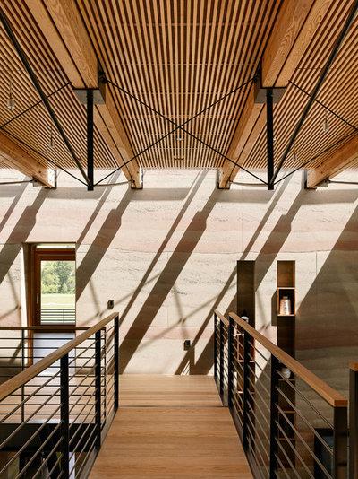 Contemporain Couloir by Feldman Architecture, Inc.