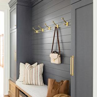 オーランドの中くらいのトランジショナルスタイルのおしゃれな廊下 (白い壁、無垢フローリング、茶色い床、塗装板張りの壁) の写真