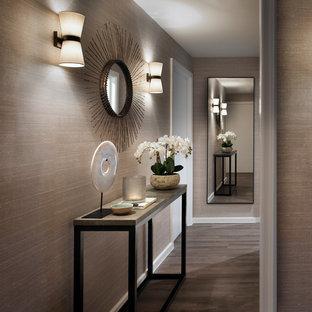 Idéer för en klassisk hall, med grå väggar och grått golv
