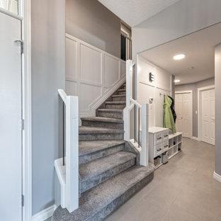 エドモントンの中くらいのトラディショナルスタイルのおしゃれな廊下 (グレーの壁、セラミックタイルの床、グレーの床、羽目板の壁) の写真